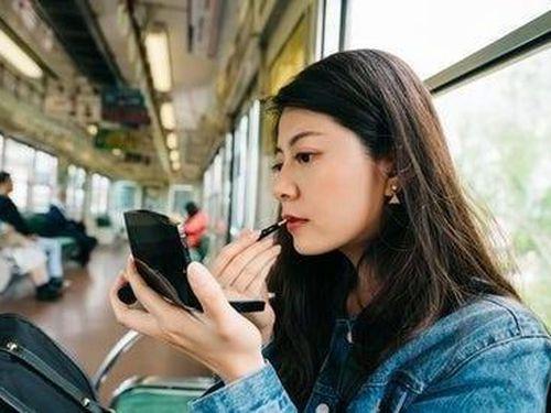 Nữ giới Nhật mua đồ make up cũ vì 'cuộc sống khó khăn vẫn phải đẹp'