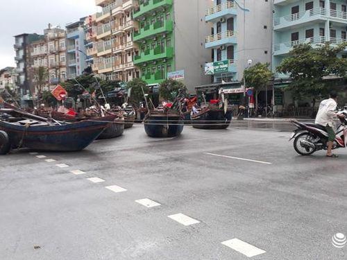 TP. Sầm Sơn: Bão áp sát bờ, nhiều du khách vẫn 'vô tư' tắm biển