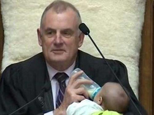 Chủ tịch Hạ viện New Zealand cho trẻ bú bình khi đang họp