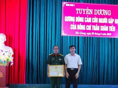 Khen thưởng sỹ quan cứu nữ giáo viên nhảy cầu tự tử tại Bắc Giang