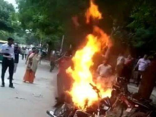Bị phạt vi phạm giao thông, người đàn ông tự đốt xe máy giữa phố