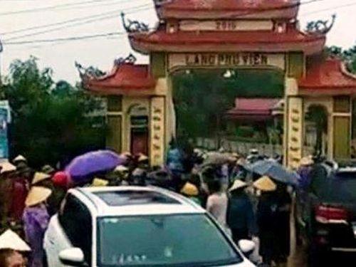 Giám đốc mỏ đất điều côn đồ đập phá cổng làng ở Thanh Hóa