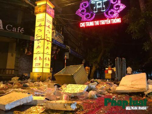 Sau Trung thu, người dân mang về nhà niềm vui để rác ở lại