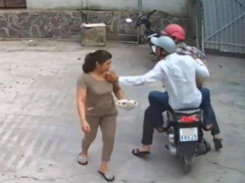 Ghẹo gái không xong, bèn đuổi theo cướp điện thoại