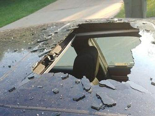Dầu gội khô bất ngờ phát nổ khiến ô tô thủng nóc, bảng điều khiển bị thổi bay