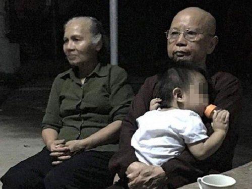 Bé trai hơn 1 tuổi bị bỏ rơi trước cổng chùa mừng rỡ khi được bà ngoại đón