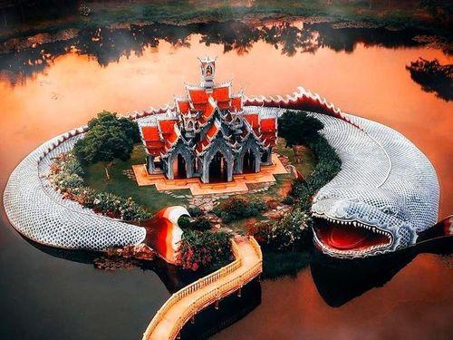 Thủy quái bao quanh ngôi đền trong thành cổ ở Thái Lan