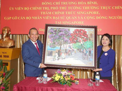 Phó Thủ tướng thăm sứ quán và tọa đàm tại Liên đoàn Sản xuất Singapore