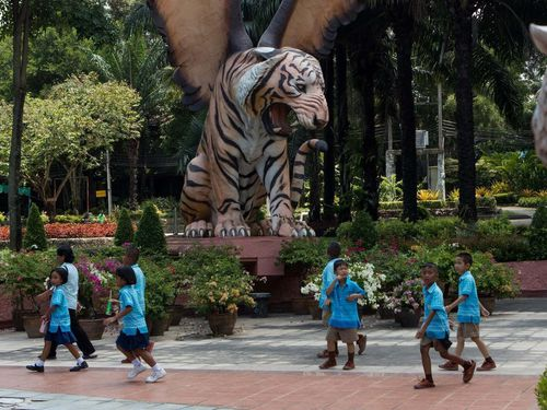 Hổ ở với lợn, xạ thủ cho ăn - trò dụ khách ở sở thú Thái