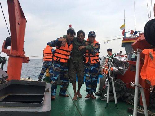 Hơn 20 giờ cứu nạn tàu cá gặp nạn trên biển