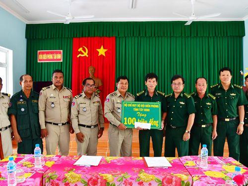 Hỗ trợ Ty Cảnh sát tỉnh Pray Veng 100 triệu đồng xây dựng doanh trại