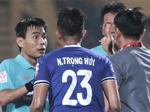 VPF cân nhắc không mời trọng tài FIFA 'bẻ còi'