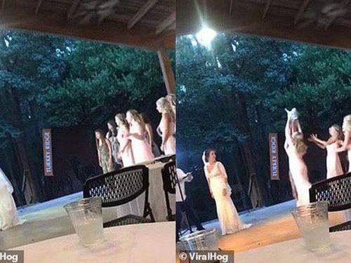 Chàng trai bỏ chạy thục mạng sau khi bạn gái bắt được bó hoa cưới