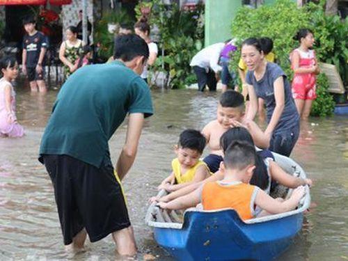 Nội ô Cần Thơ ngập sâu, dân lấy xuồng... bơi trên phố