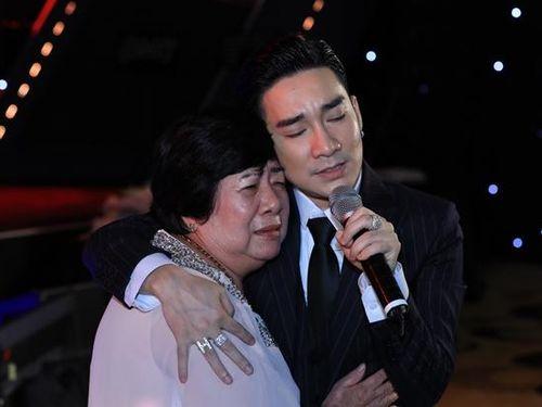 Quang Hà xúc động ôm mẹ bật khóc trong liveshow hậu sự cố cháy sân khấu