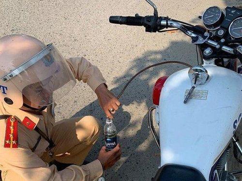 Giải mã khoảnh khắc CSGT Ninh Thuận dùng ống nhựa tiếp xăng cho người phụ nữ gặp sự cố trên đường chở con đi học
