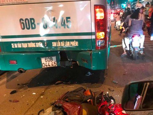 Xe máy va chạm với xe buýt, 1 người nguy kịch