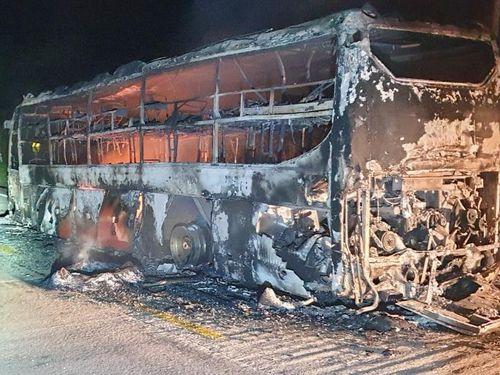 Xe khách giường nằm cháy rụi trên đường Hồ Chí Minh