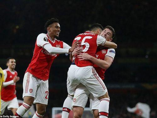 MU chia điểm nhàm chán, Arsenal thắng dễ