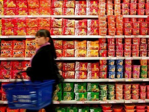 Kinh tế bất ổn, người Trung Quốc tăng mua mì ăn liền