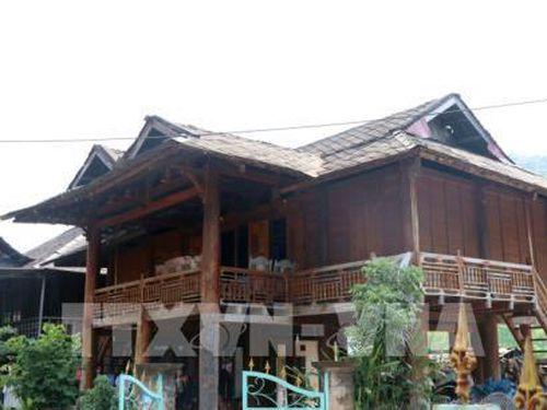 Độc đáo mái nhà sàn lợp bằng đá của người Thái trắng ở thị xã Mường Lay