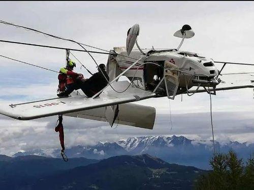 Máy bay đâm phải dây cáp, phi công văng lên cánh lửng lơ giữa trời