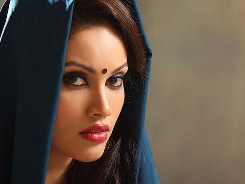 Chấm đỏ giữa 2 lông mày của phụ nữ Ấn Độ có ý nghĩa gì?