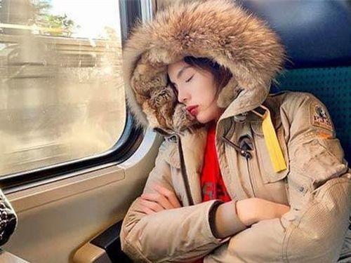 Cộng đồng mạng tiếp tục soi mói ảnh khi ngủ của Kỳ Duyên