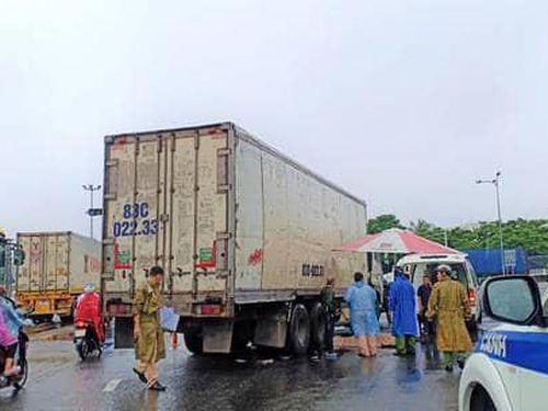 Người phụ nữ bị cuốn vào gầm xe tải tử vong