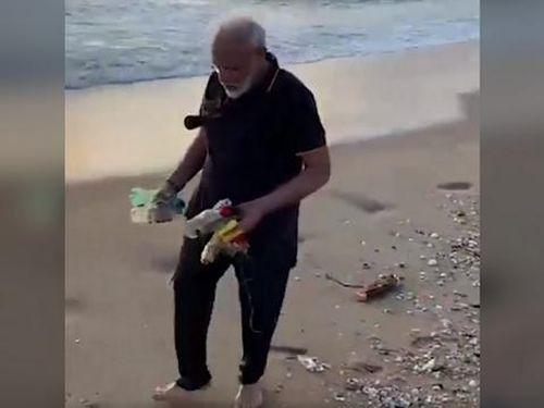 Clip: Thủ tướng Ấn Độ nhặt rác gây xôn xao mạng xã hội