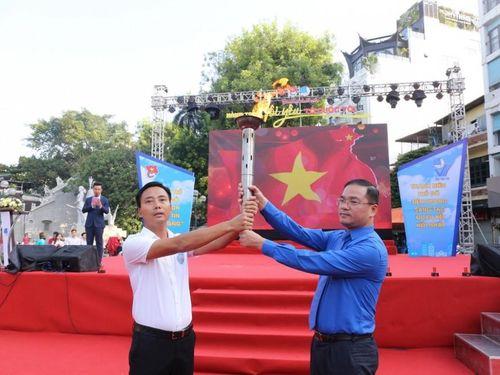Ngọn lửa thiêng 'Tôi yêu Hà Nội' từ tượng đài cảm tử quân