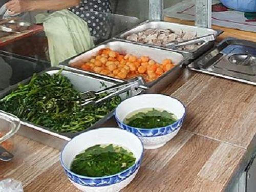Nhiều học sinh phải nhập viện nghi ngộ độc sau bữa ăn trưa