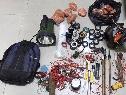 Nhóm 'cẩu tặc' hối lộ Cảnh sát cơ động 15 triệu đồng khi bị bắt