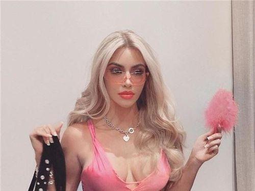Kim Kardashian 'thả rông' hóa trang thành nữ luật sư tóc vàng điệu đà