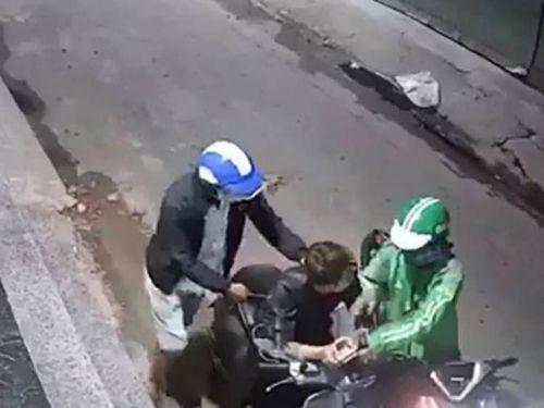 Thanh niên mặc đồng phục Grab gí dao cướp xe máy táo tợn ở TP.HCM