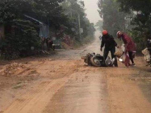 Dân bức xúc vì đường biến thành ao bùn