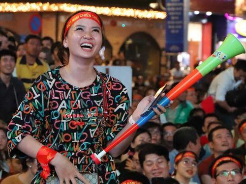 Nữ CĐV tưng bừng ăn mừng chiến thắng của đội tuyển Việt Nam