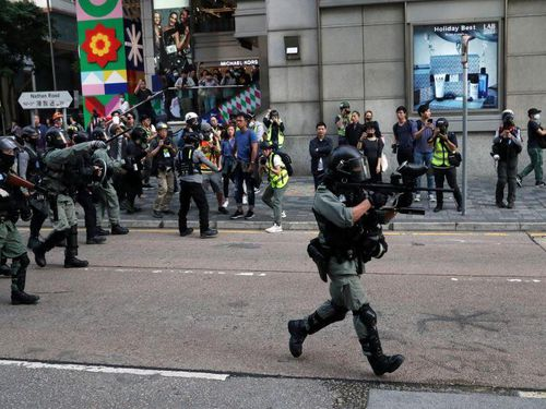 Hong Kong: Người biểu tình đeo mặt nạ đập phá cửa hàng