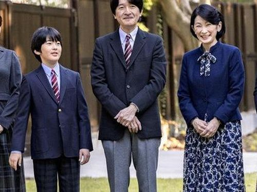Thái tử Nhật Bản chia sẻ bức hình gia đình mới nhất nhân dịp sinh nhật và thẳng thắn nói về chuyện con gái lớn hoãn đám cưới suốt 2 năm