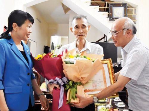 Trao Bằng khen của Thủ tướng tặng Anh hùng Lao động Bùi Văn Toản