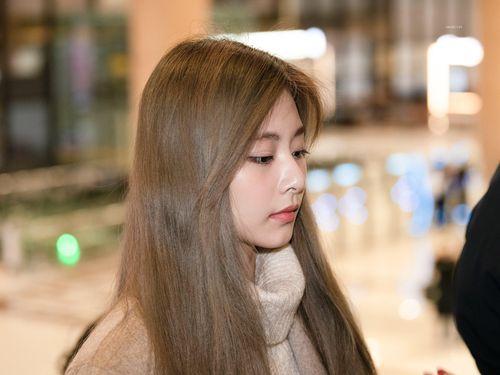 Krystal sang chảnh, mỹ nhân nhóm TWICE để mặt mộc ra sân bay