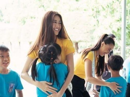 Hoa hậu Khánh Vân giản dị đi từ thiện sau đăng quang