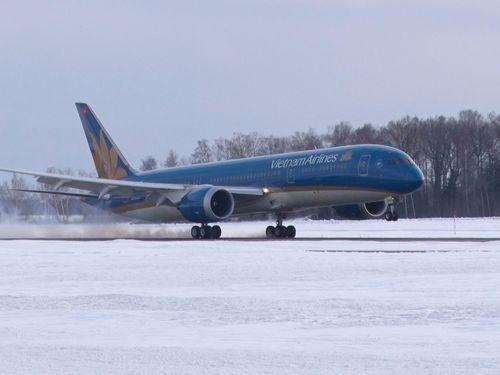 Máy bay Vietnam Airlines hạ cánh khẩn cấp vì khách đau bụng