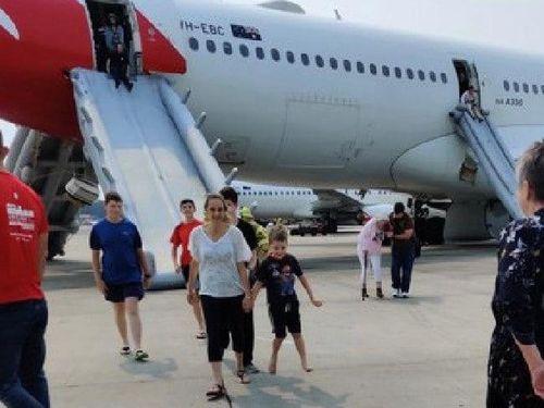 Máy bay hạ cánh khẩn cấp, khói tràn đầy khoang hành khách