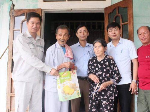 Tặng quà cho gia đình khó khăn bị ảnh hưởng bởi cao tốc Cam Lộ - La Sơn