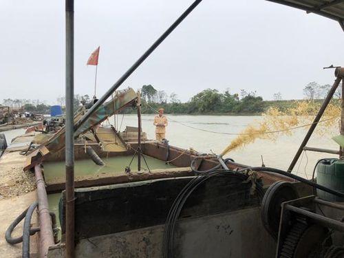 Bắc Ninh bắt 4 thuyền nửa đêm trộm cát trên sông Cầu