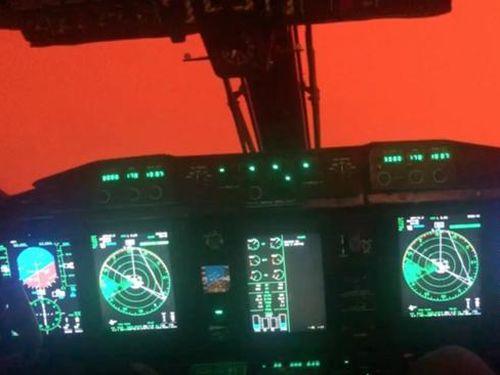 Cảnh bầu trời tuyền màu cam do cháy rừng ở Australia