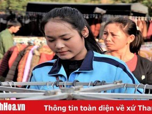 Thiếu nữ Lào đi chợ Na Mèo dịp cuối năm