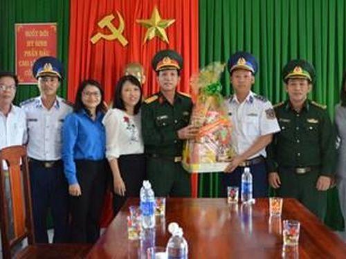 Tỉnh Quảng Ngãi thăm, tặng quà tết các đơn vị trên huyện đảo Lý Sơn