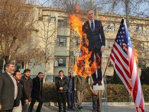 Người Iran đốt hình đại sứ, cờ Anh sau vụ bắn nhầm máy bay